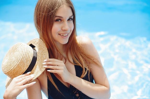 Menina na festa de verão na piscina