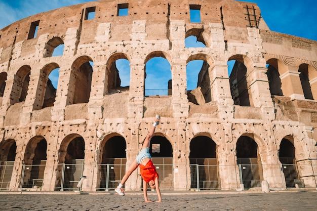 Menina na frente do coliseu, em roma, itália