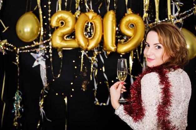 Menina na frente do novo ano 2019 decoração de festa