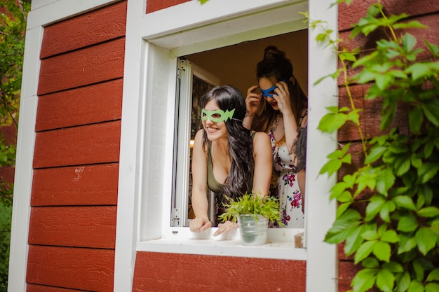 Menina na janela, sorrindo