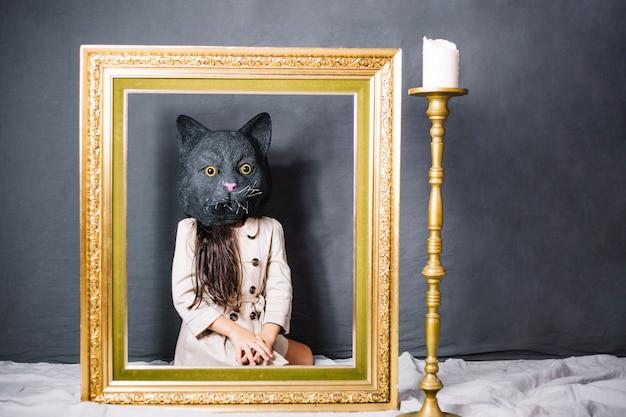 Menina na máscara de gato