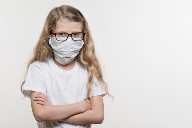 Menina na máscara médica