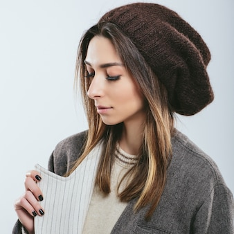 Menina na moda em roupas de malha de inverno