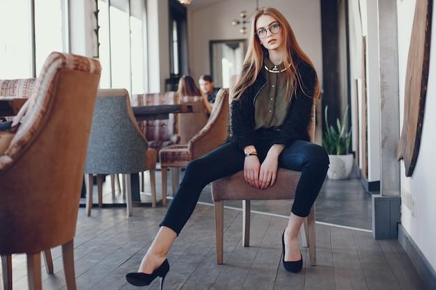 Menina na moda em um café