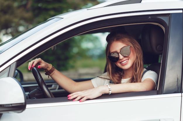 Menina na moda, viajando de carro
