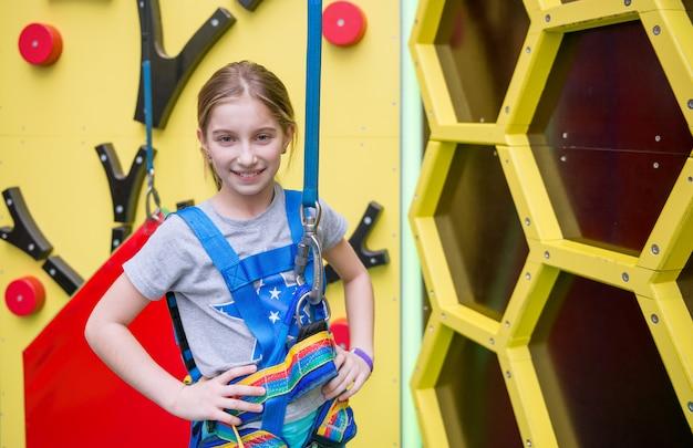 Menina na parede de escalada artes na parede artificial