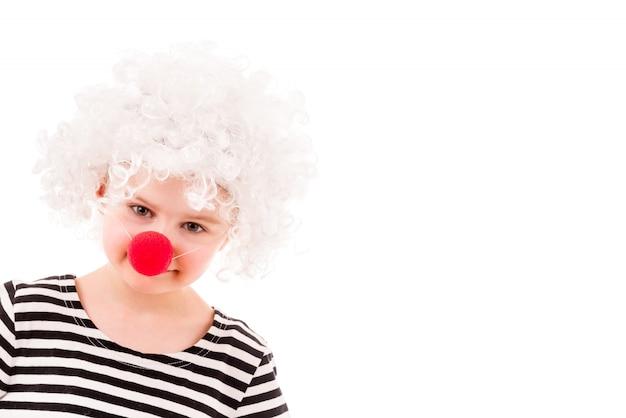 Menina na peruca de palhaço encaracolado branco e nariz vermelho