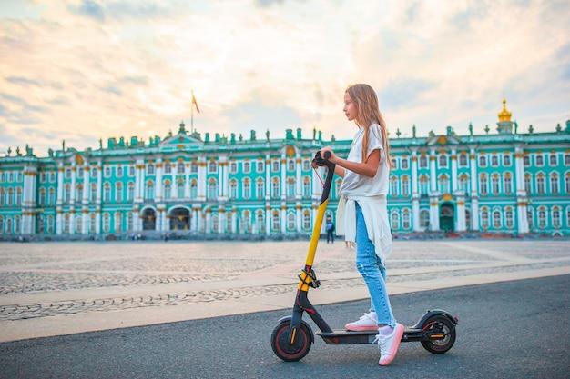 Menina na praça do palácio, são petersburgo, rússia