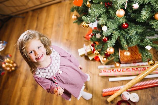 Menina na próxima árvore de natal
