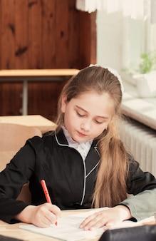 Menina na sala de aula