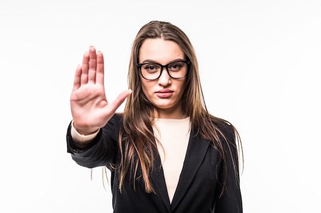 Menina na suíte preta e óculos mostra a placa de pare isolado no branco