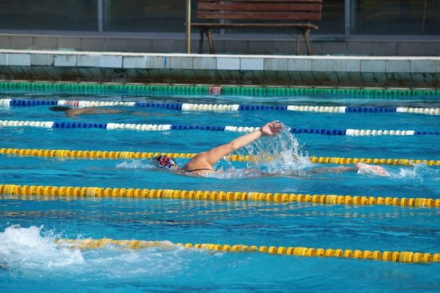 Menina nadadora na piscina ao ar livre
