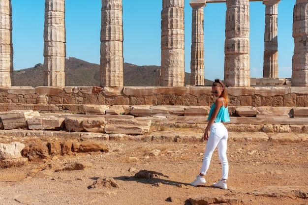 Menina nas antigas ruínas gregas