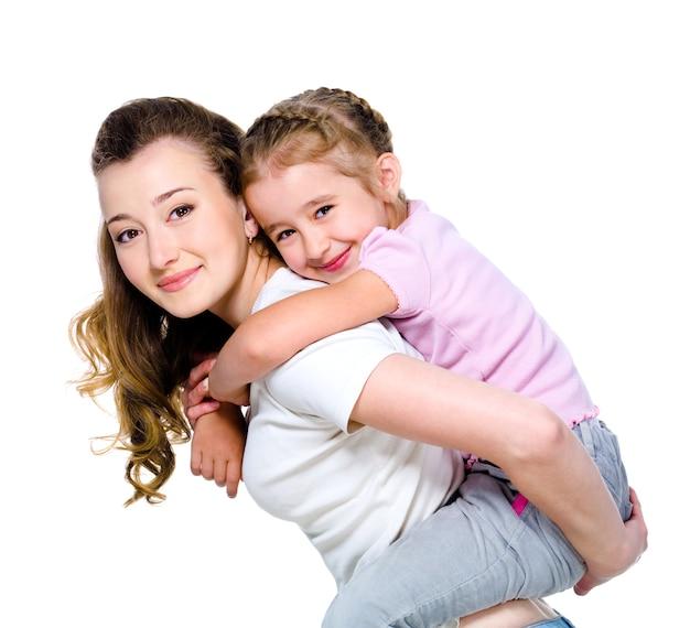 Menina nas costas da mãe