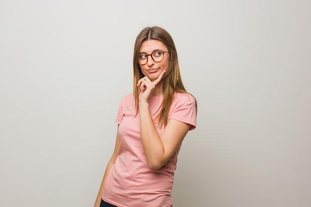 Menina natural russa jovem duvidando e confusa