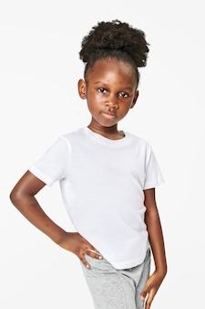 Menina negra vestindo camiseta branca