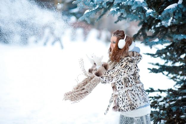 Menina no bosque nevado