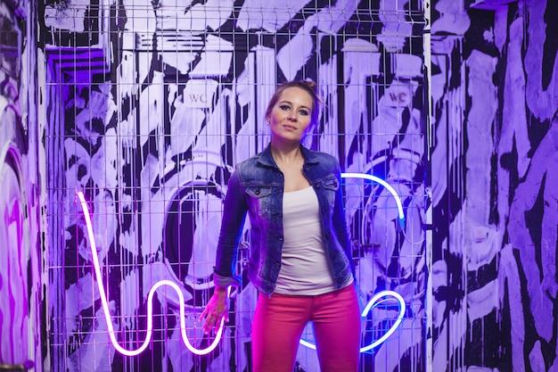 Menina no café, iluminação neon, retrato de uma menina no quarto