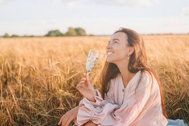 Menina no campo de trigo. mulher linda em vestido de trigo