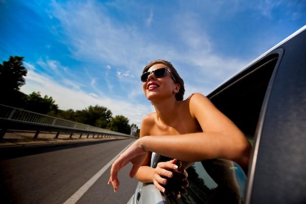 Menina no carro