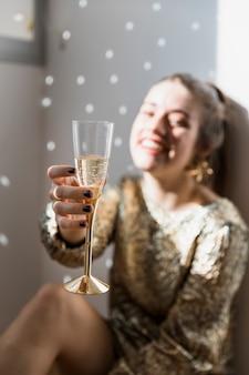 Menina no chão na festa de ano novo