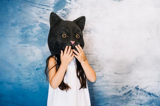 Menina no chapéu do gato