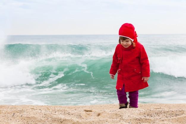Menina no dia frio e ventoso
