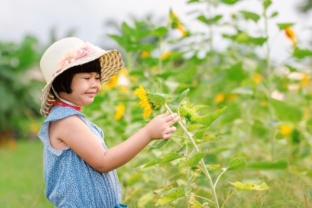 Menina no jardim girassol