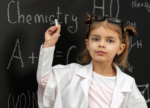 Menina no laboratório com a escrita do casaco