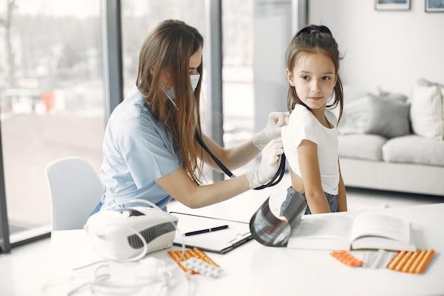 Menina no médico. exame da criança. médico africano.