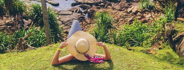 Menina no oceano em um chapéu