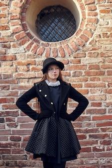 Menina no outono retrô primavera roupas natureza tempo
