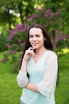 Menina no parque ao ar livre. retrato de mulher.