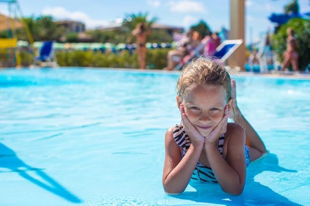 Menina no parque aquático durante as férias de verão