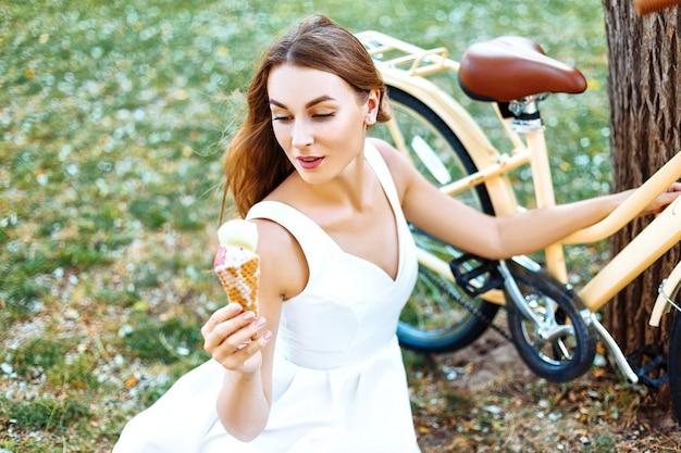 Menina no parque com sorvete nas mãos