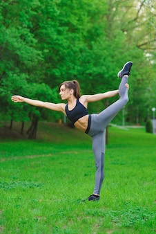 Menina no parque fazendo exercícios