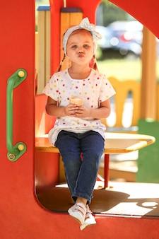 Menina no parque tomando sorvete