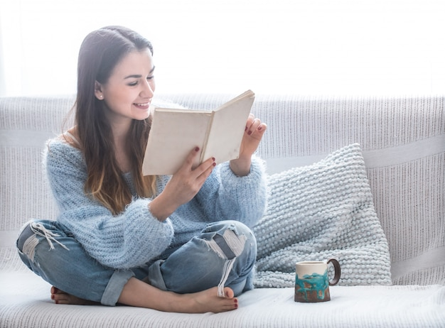 Menina no sofá lendo um livro