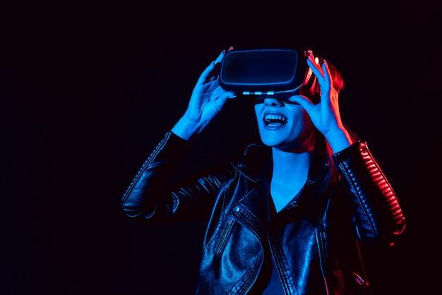 Menina obtém a experiência de usar óculos de realidade virtual