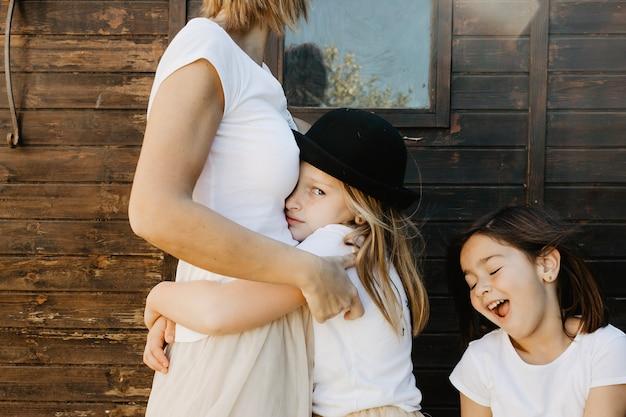 Menina ofendida abraçando mãe