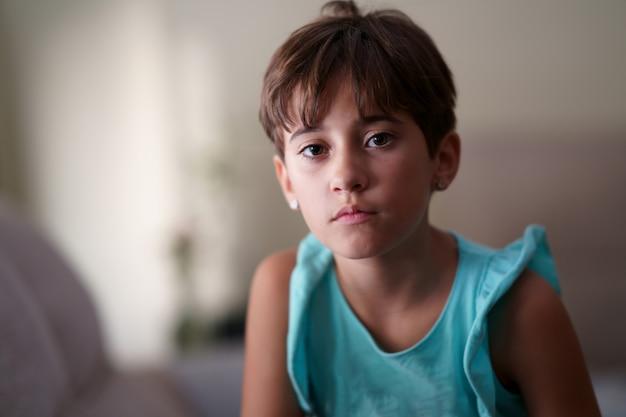 Menina, oito anos de idade, olhando para a câmera a sério.