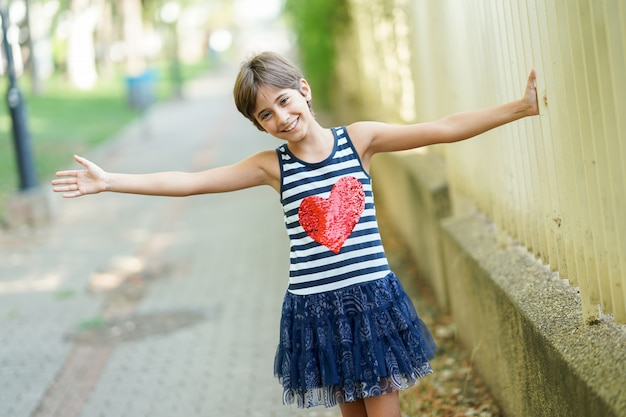 Menina, oito anos de idade, se divertindo ao ar livre.