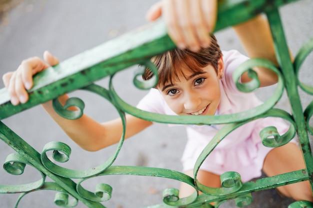 Menina, oito anos de idade, se divertindo em um parque urbano.