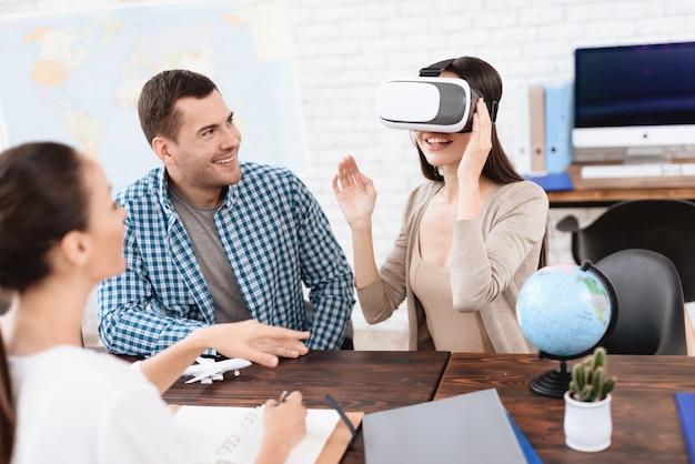 Menina olha as fotos no capacete da realidade virtual.