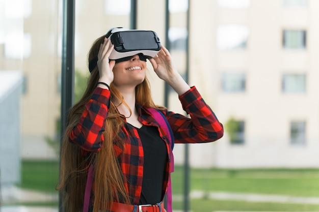 Menina olha o mundo com montagem na cabeça 3d