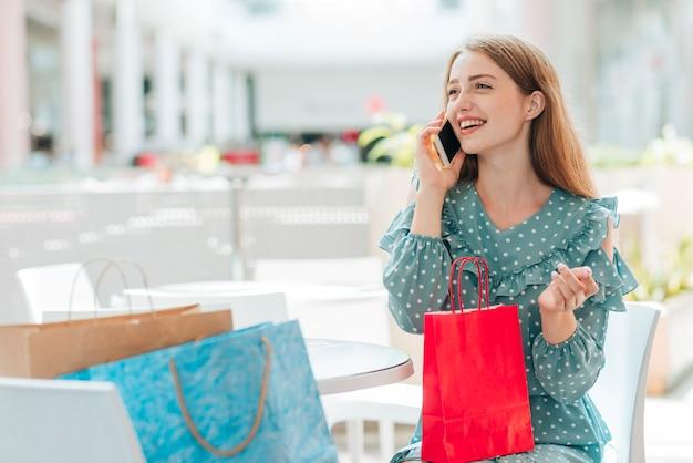 Menina olhando para longe e falando ao telefone