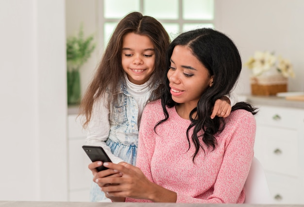 Menina olhando para mãe móvel