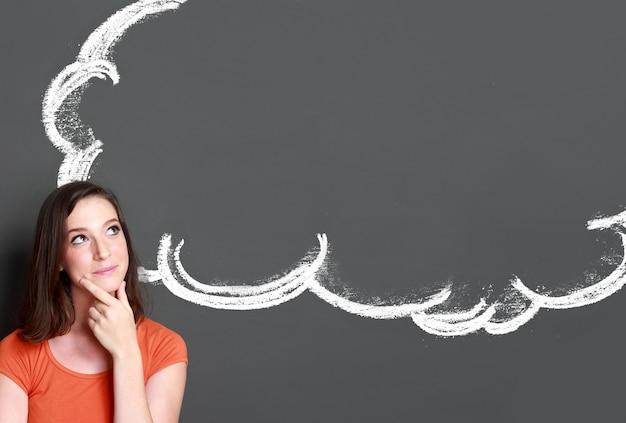 Menina olhando para o discurso de bolha em branco
