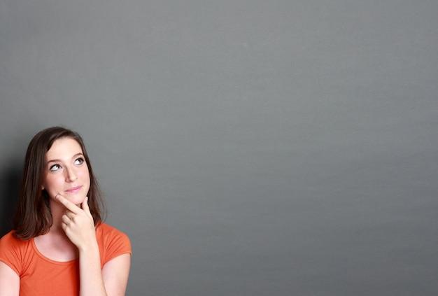 Menina olhando para o espaço em branco