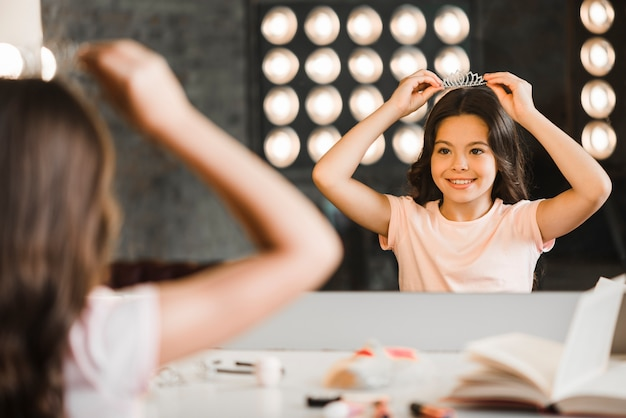 Menina, olhar, dela, reflexão, em, espelho, em, maquilagem, sala